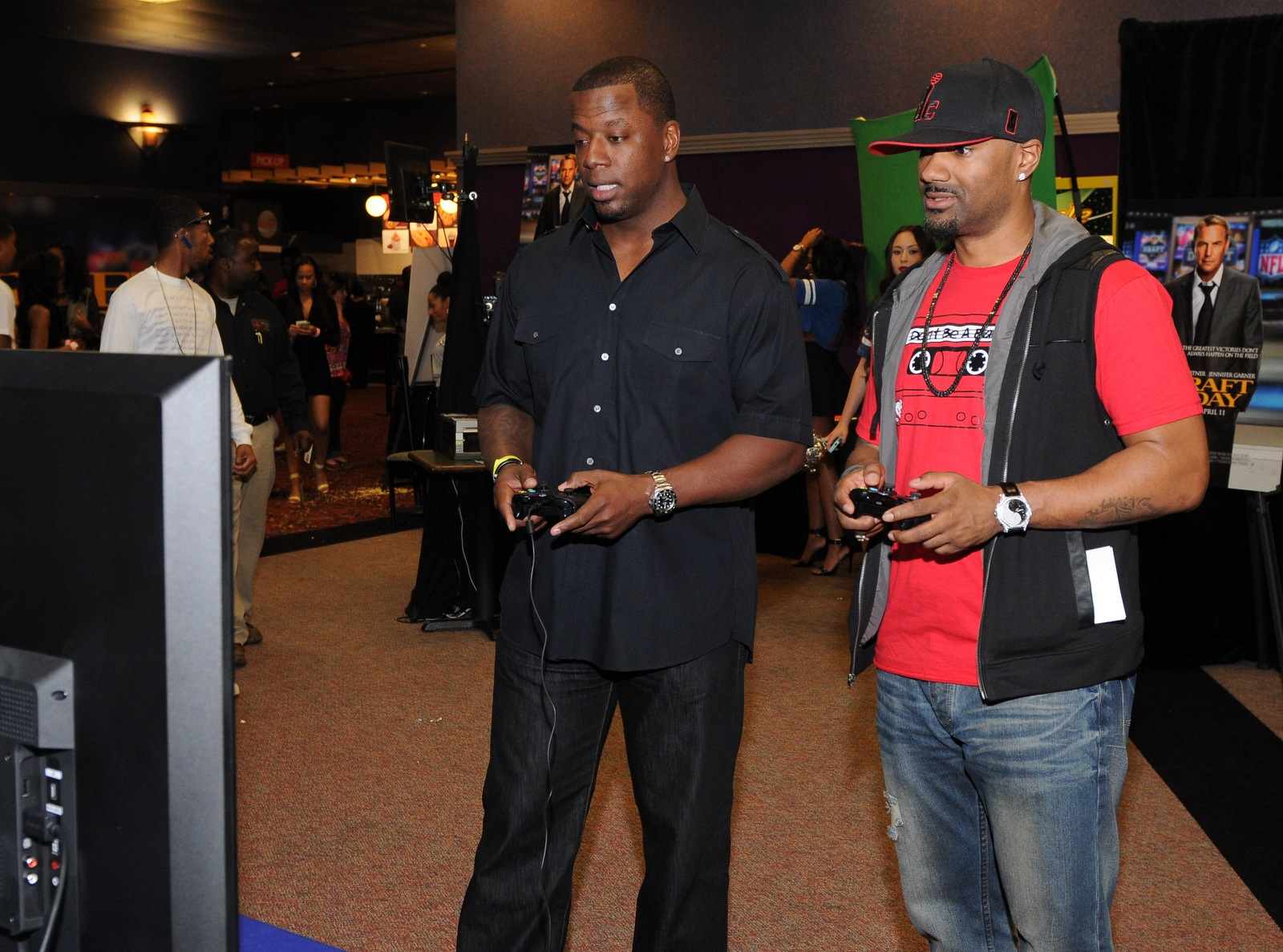 Big Tigger and Kordell Stewart play a friendly game of NFL Madden.